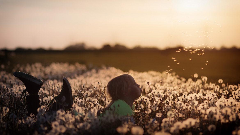 girl-with-dandelions