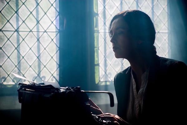 woman-writer-typewriter